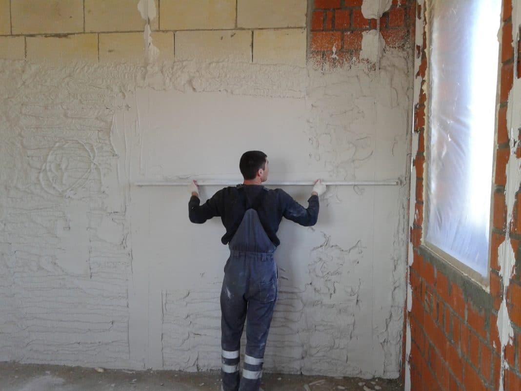 Картинка как штукатурят стены